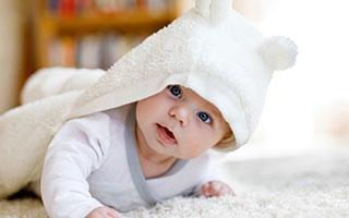 Motorische Entwicklung bei Babys – was in welchem Monat?