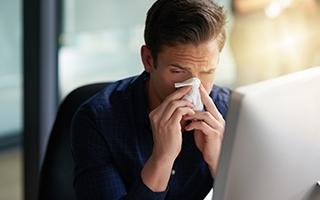 Husten, Schnupfen, Heiserkeit – Trotz Erkältung zur Arbeit?