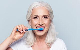 Bis(s) im hohen Alter: Das Zahnfleisch richtig pflegen