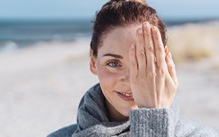 So geht's ins Auge – Augentropfen richtig anwenden