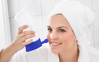 Haben Sie die Nase voll? Nasenspülung mit Salzwasser hilft!